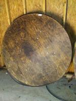 5 FT ROUND WOODEN FOLDING TABLE. SOME HAVE SURFACE AND EDGING DAMAGE.PLAESE INSPECT ITEMS