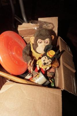 BOX LOT OF VINTAGE TOYS INCLUDING FRISBEE, CYMBAL MONKEY, OLD MICKEY MOUSE, AND MORE