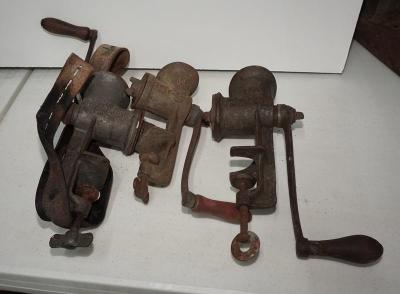 ANTIQUE MEAT GRINDERS INCLUDING KEYSTONE AND LEE'S PERFECTION