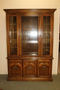 VINTAGE AMERICAN DREW CHINA CABINET