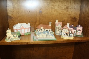 SHELF LOT OF COLLECTIBLE HOUSES / BILT ESTATE AND MUCH MORE
