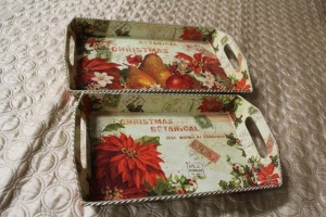 LOT OF TWO DIFFERENT SIZE CHRISTMAS-THEMED TRAYS
