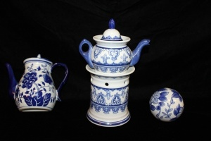 LOT OF BLUE AND WHITE PORCELAIN TEAPOT WALL POCKET AND BALL AND A BOMBAY TEA POT ON A WARMER