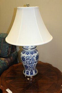 VINTAGE BLUE AND WHITE TABLE LAMP
