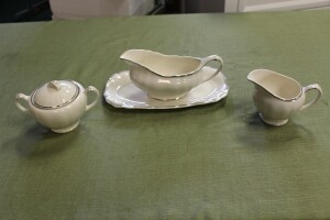 LOT OF FOUR ANTIQUE PIECES OF J&G MEAKIN SOL SERVING PIECES