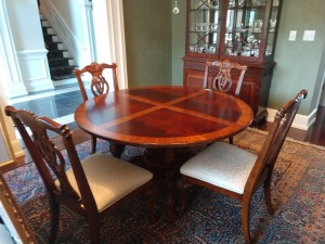 BEAUTIFUL WOODEN DINNING TABLE WITH 6 VERY NICE CHAIRS,THIS TABLE DOES HAVE A EXTRA LEAF SO YOU CAN USE THE ADDITION 2 CHAIRS. THIS IS ANOTHER VERY HIGH QUALITY AND VERY WELL MAINTAINED PIECE.