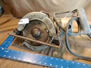 VINTAGE SKILL SAW WITH WORM DRIVE, MODEL 825, 14 AMP CIRCULAR SAW, DOES POWER UP