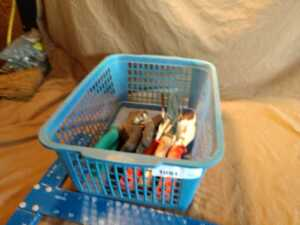 SMALL BASKET OF GARDEN HAND TOOLS, SEE PICTURES FOR DETAILS
