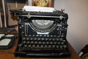 EARLY 20TH CENTURY UNDERWOOD TYPEWRITER