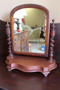 ANTIQUE 19TH CENTURY ENGLISH SHAVING MIRROR WITH BARLEY TWIST COLUMNS AND SHAPED BASE