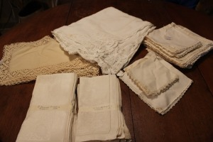 LOT OF VINTAGE LINENS NAPKINS TABLECLOTH