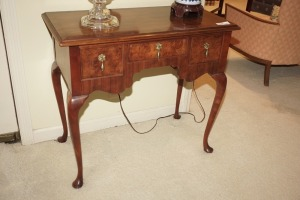 PRETTY WOOD 3 DRAWER SIDE / FOYER TABLE WITH CABRIOLE LEGS - DIN