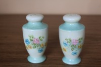 PAIR OF VINTAGE SALT AND PEPPER SHAKERS - 3