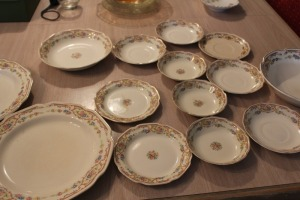 LOT OF 14 PIECES OF CHINA WITH FLORAL PATTERN