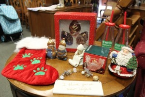 MIXED LOT OF CHRISTMAS ITEMS