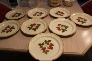 LOT OF EIGHT MIKASA STRAWBERRY FESTIVAL LARGE DINNER PLATES