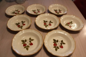 LOT OF 8 MIKASA STRAWBERRY FESTIVAL 8 INCH BOWLS