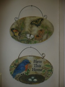 2 DECORATIVE WALL HANGING PLAQUES