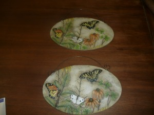 2 DECORATIVE WALL HANGING PLAQUES WITH BUTTERFLIES