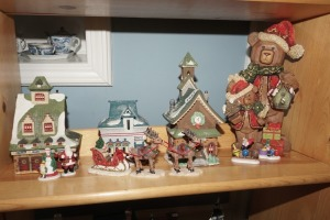 DEPARTMENT 56 SNOW VILLAGE FIGURES AND CHRISTMAS BEAR & CUB FIGURINE ON MIDDLE SHELF MARKED 1027 - LIV