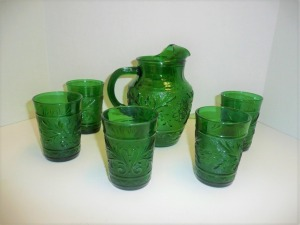 VINTAGE EMERALD GREEN DEPRESSION GLASS PITCHER AND 5 DRINKING GLASSES