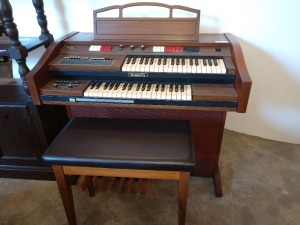VERY NICE BALDWIN ORGAN. Does power up but doesn't play needs repair, VERY NICE BENCH WITH HINGED LID, HAS RHYTHM AND TEMPO SELECTION