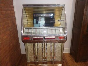 VERY NICE SEEBURG JUKE BOX.COMES WITH SERVICE MANUALS. VERY CLEAN.SELLER STATESWAS WORKING GREAT BUT WHEN THEY MOVED IT FROM ANOTHER PART OF THE HOUSE IT STOPPED WORKING. POSSIBLE LOOSE TUBE OR WIRE.