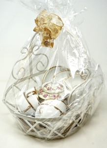 FINE CHINA GOLD LEAF TEAS SET GIFT BASKET WITH TEA POT, CUPS AND SAUCERS