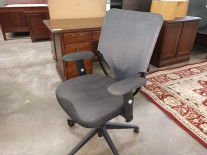VERY GOOD CONDITION ROLLING SWIVEL OFFICE CHAIR