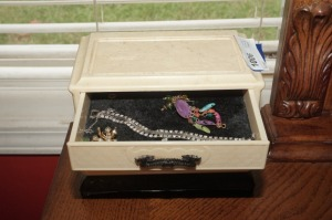 VINTAGE BAKELITE JEWELRY BOX AND CONTENTS - MBR
