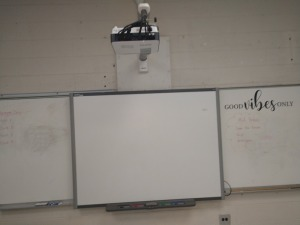 R3 RIGHT... B E N Q SMART BOARD AND PROJECTOR ONLY, DRY ERASE BOARD IN PICTURE NOT INCLUDED