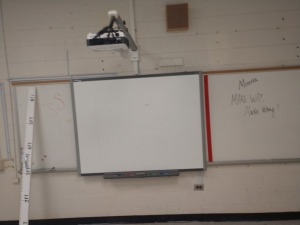 R4 RIGHT... B E N Q SMART BOARD AND PROJECTOR ONLY, DRY ERASE BOARD IN PICTURE NOT INCLUDED