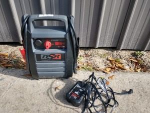 DSR PRO SERIES BATTERY JUMP BOX, MODEL DSR114, DOES POWER UP AND HAS CHARGER