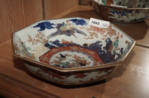LARGE ORNATE PAINTED PORCELAIN ASIAN FRUIT BOWL - LR