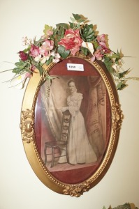 OLD BUBBLE GLASS FRAME WITH ANTIQUE PICTURE - BR1