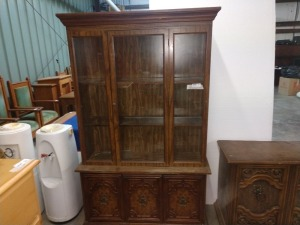 RETRO CIRCA '70S CHINA CABINET, MEASURES 47-IN X 16-IN X 76-IN TALL, HAS UNDERNEATH STORAGE AND ORNATE MARKINGS ON DOOR