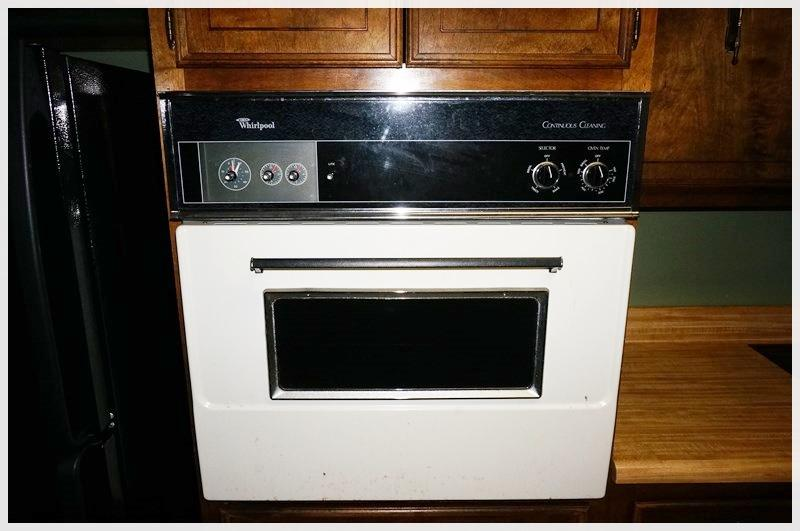 WHIRLPOOL CONTINUOUS CLEANING OVEN Pick up date: Tuesday, 10/7/14.