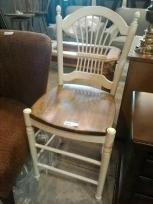 Single wooden bar stool in very nice condition