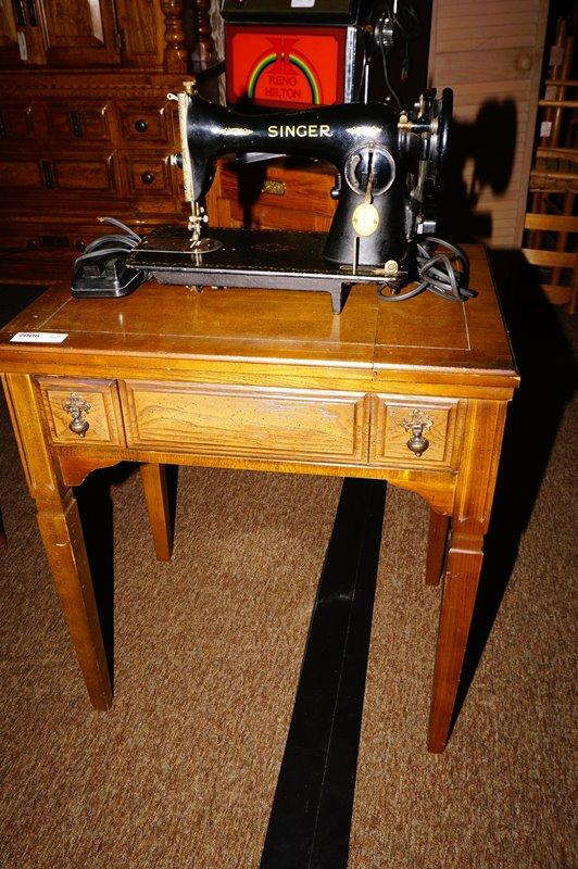 Lot 2006 of 645: VINTAGE SEWING TABLE WITH ANTIQUE ELECTRIC SINGER SEWING  MACHINE - VINTAGE SEWING TABLE WITH ANTIQUE ELECTRIC SINGER SEWING MACHINE